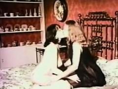 retro-lesbians-kissing