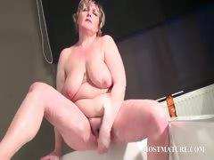 mature-bitch-masturbates-quim-in-bathtub