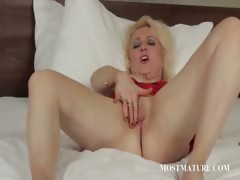 blonde-mature-pleasuring-her-pussy