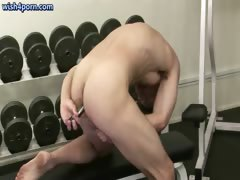 crazy-dude-toying-at-the-gym